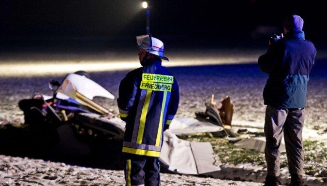 Vismaz septiņi bojā gājušie divu lidmašīnu sadursmē Vācijā