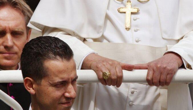 Vatikāna tiesa Benedikta XVI sulainim par dokumentu zādzību piespriež pusotru gadu cietumā