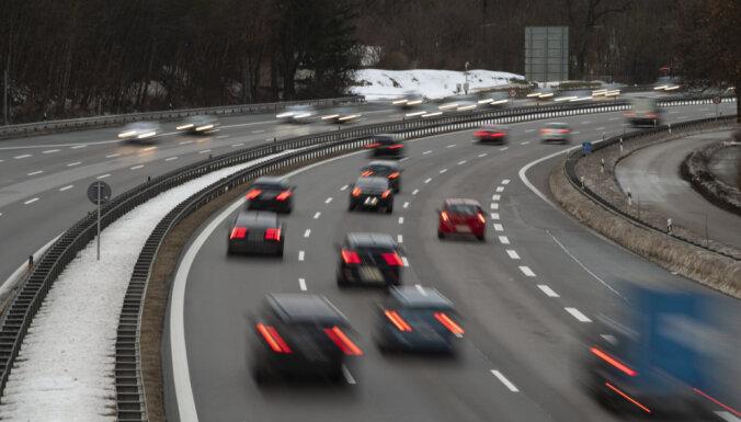 Vācieši negrasās atteikties no saviem automobiļiem klimata dēļ