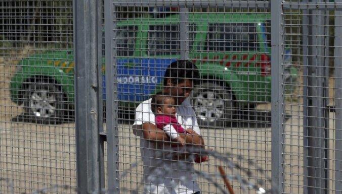 Ungārija imigrantu dēļ pastiprinās žogu gar robežu ar Serbiju