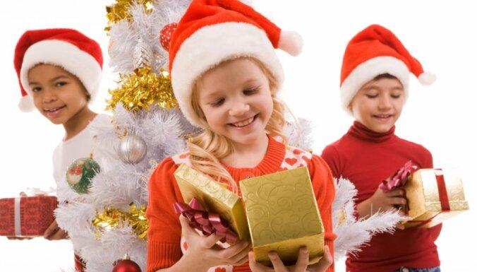 bērni, egle, dāvanas