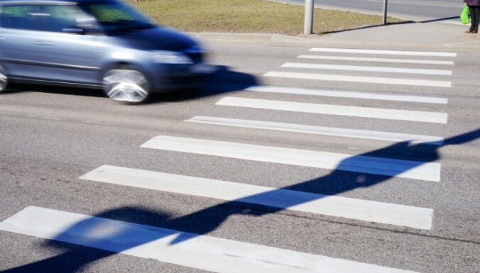 'Volkswagen' Grobiņā uz gājēju pārejas notriec divas meitenes