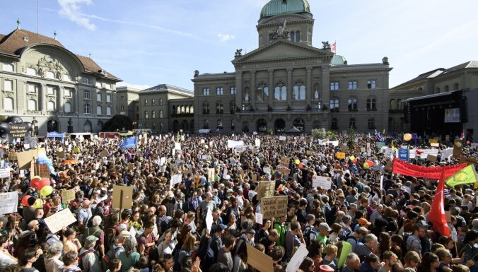 Foto: Šveicē vairāki desmiti tūkstoši demonstrantu pieprasa atteikšanos no fosilā kurināmā
