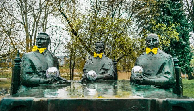 """ФОТО, ВИДЕО: Вильнюсские памятники нарядились, чтобы поддержать своих на """"Евровидении"""""""