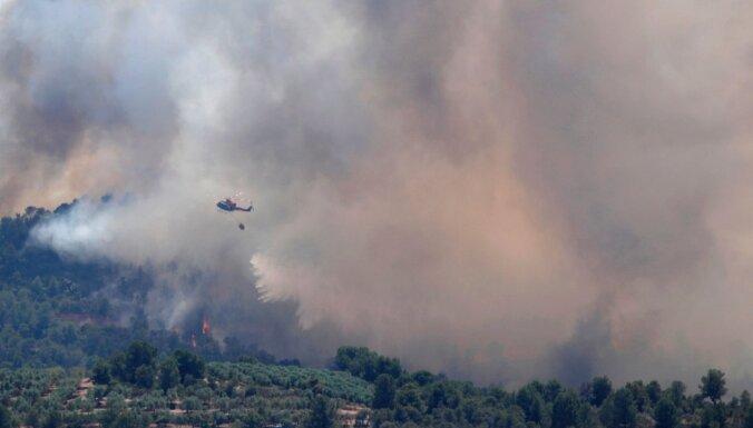 Spānijā simtiem ugunsdzēsēju cīnās ar bīstamu savvaļas ugunsgrēku
