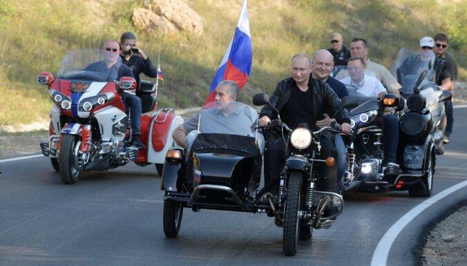ГИБДД отказалась штрафовать Путина за езду без шлема на мотоцикле