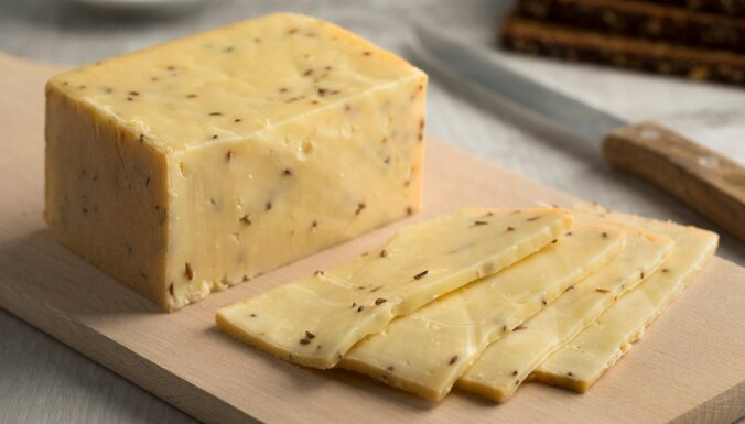 Pikantais mājas siers no nogatavināta biezpiena