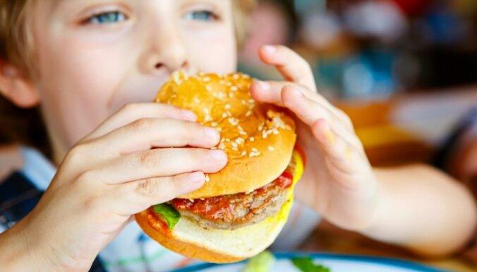Пять токсичных продуктов, которые срочно пора прекратить давать детям