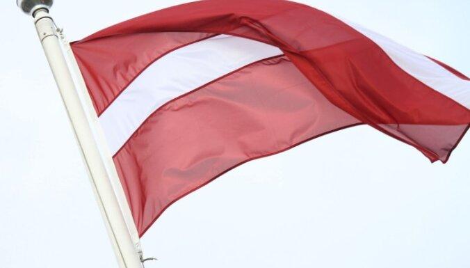 В Елгаве задержали сорвавшего флаг Латвии парня: свидетели засняли все на телефон
