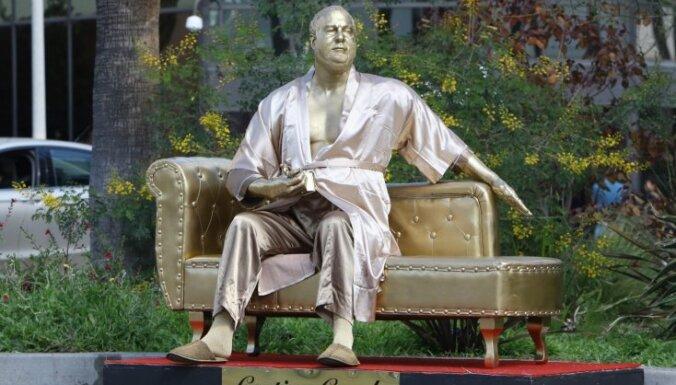 """В Голливуде появилась статуя """"кушетки для кастинга"""" с Харви Вайнштейном в пижаме и тапках"""