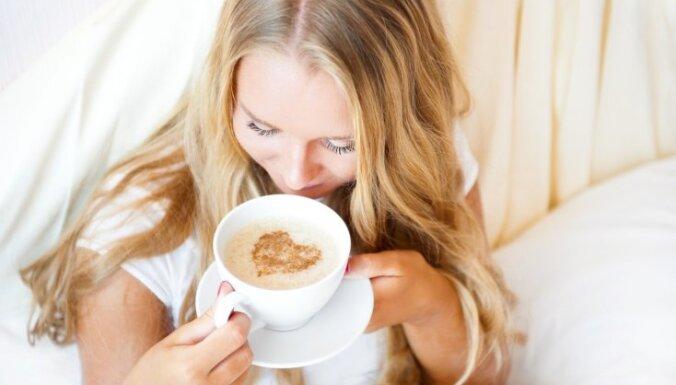 sieviete kafija brokastis gulta rīts