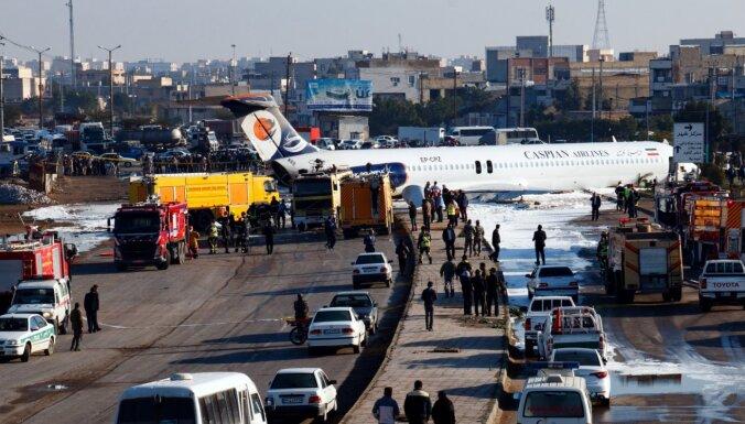 Foto: Irānā pasažieru lidmašīna izslīd uz ielas