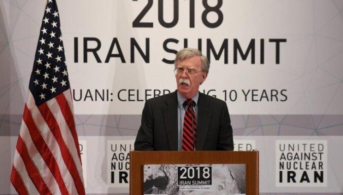 Aiz uzbrukumiem kuģiem AAE piekrastē gandrīz vai noteikti stāv Irāna, paziņo Boltons