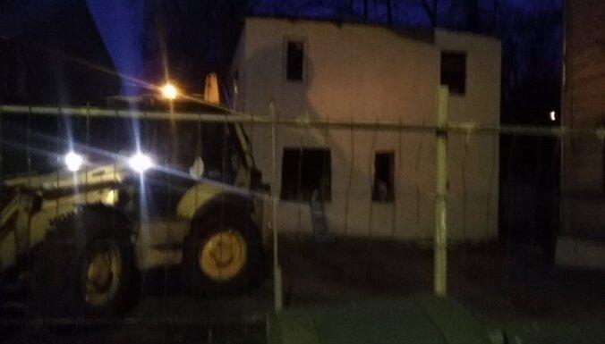 ВИДЕО: В Риге стройуправа снесла самовольно построенный частный дом