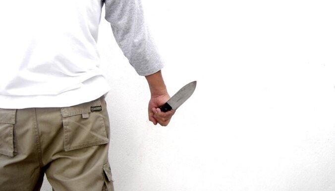 Вооруженный ножами мужчина напал на полицейского