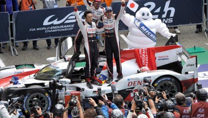 """Пилот """"Формулы-1"""" Фернандо Алонсо выиграл гонку на выносливость """"24 часа Ле-Мана"""""""