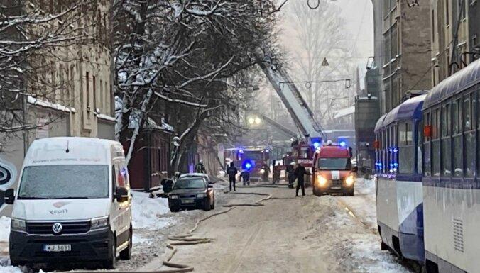 Trīsstāvu ēkas ugunsgrēkā Rīgā viens bojāgājušais; mainīta sabiedriskā transporta kustība (plkst. 8.28)