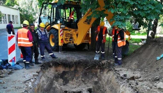 Проверка теплосетей правого берега выявила 13 повреждений, прорвало трубу в Дарзциемсе