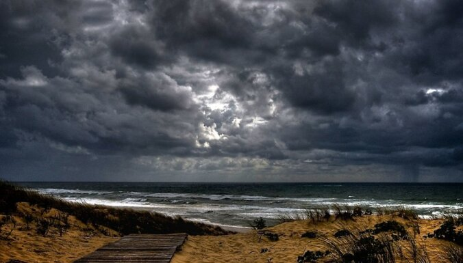 Лиепая: в море упали три человека, один пропал