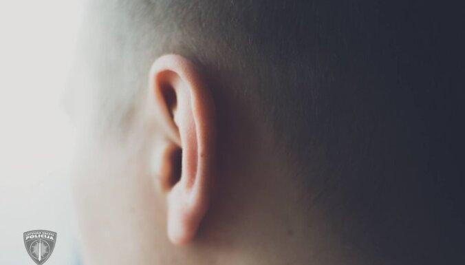 Iedzeršanas laikā vīrietis savam bijušajam skolasbiedram gandrīz nokož ausi