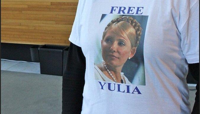 Timošenko atbalstam eiroparlamentārieši uzvelk kreklus ar viņas attēlu