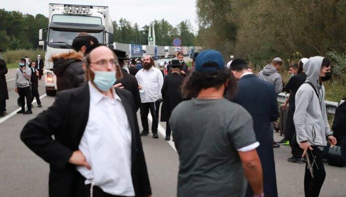 Foto: Ukrainā neielaistie hasīdu svētceļnieki protestā bloķē satiksmi