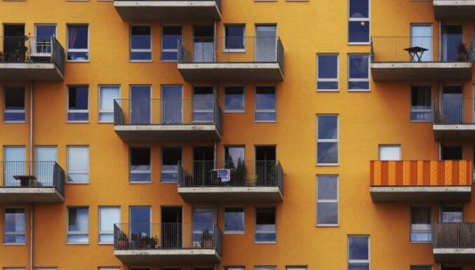 Vīrietis žvingulī grib 'saīsināt ceļu' un izlec no otrā stāva balkona