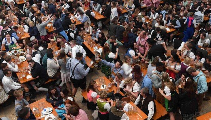 Minhenes 'Oktoberfest' apmeklētāji izdzēruši 7,3 miljonus litru alus