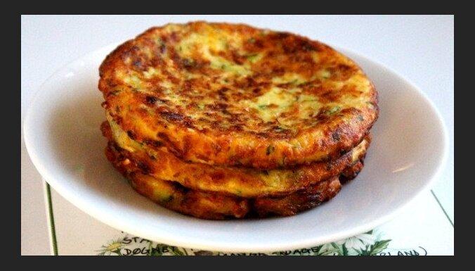 Sātīgās kabaču un siera pankūkas