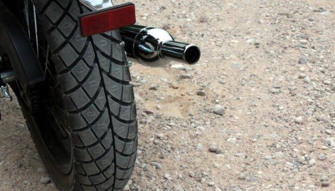 Motocikla vadītājs gūst traumas, saduroties ar suni