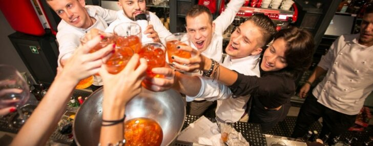 Cheers!, Rīgas pirmais kokteiļbārs