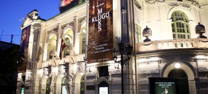 Latvijas Nacionālā teātra ēkas fasāde iemirdzas jaunās gaismās