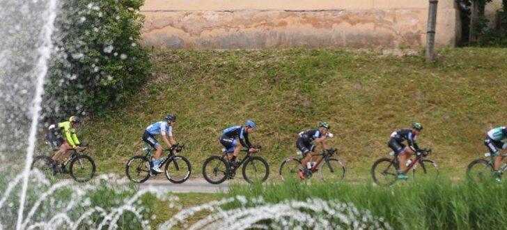 Foto: Episks sprinta finišs Latvijas riteņbraukšanas čempionātā Talsos