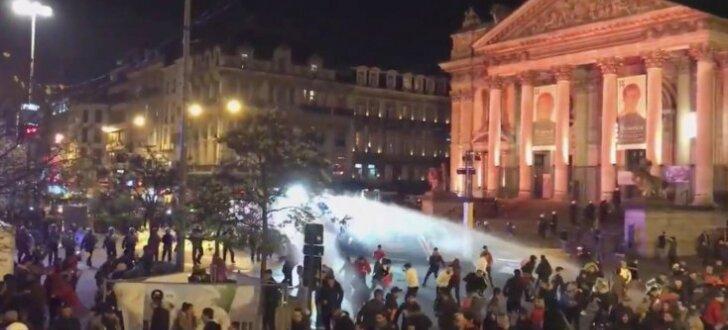 Foto: Vairāk nekā 20 policistu ievainoti futbola fanu sarīkotos grautiņos Briselē