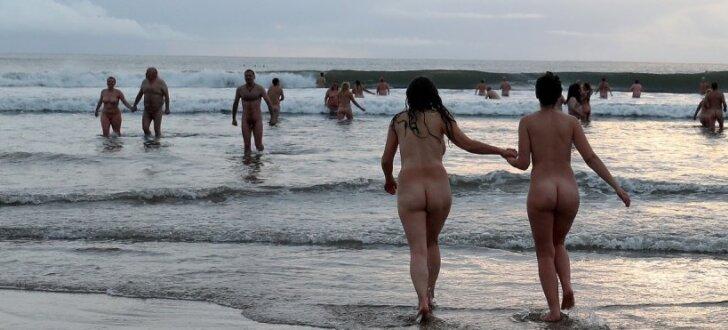 ФОТО: 600 человек искупались голыми в холодном море - британский рекорд