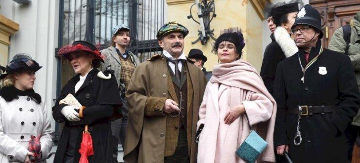 Simtiem cilvēku gājienā Rīgā atzīmē Šerloka Holmsa jubileju