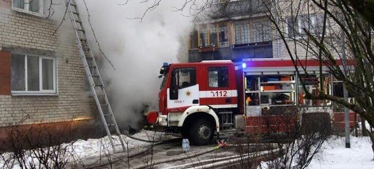 Foto: Ugunsgrēkā Viestura prospektā izglābj 23 cilvēkus; astoņi cietuši