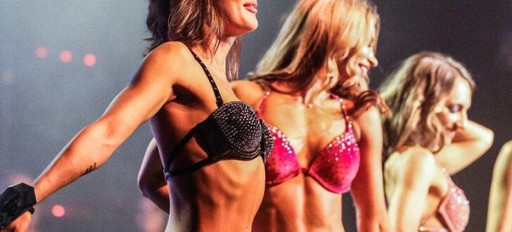 Foto: Rīgā krāšņi aizvadīts pikants ringa meiteņu šovs