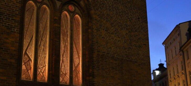 Atklāj barikādēm veltīto Rīgas Doma vitrāžu 'Ar degsmi par brīvu Latviju'