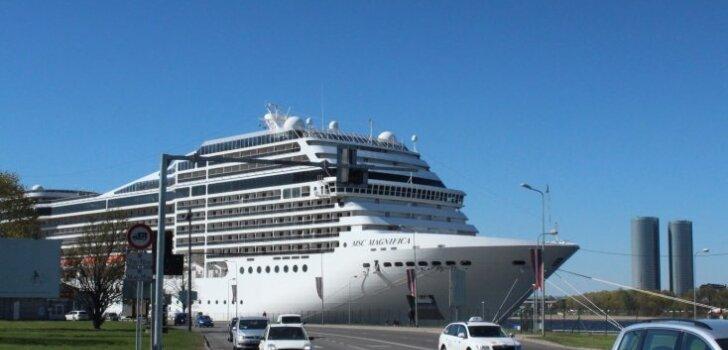 Foto: Kā izskatās uz milzīgā kruīza kuģa 'Magnifica', kas piestājis Rīgas ostā