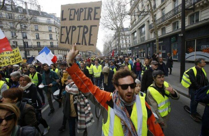 Francijas ielās kārtējo reizi iziet 'dzeltenās vestes'