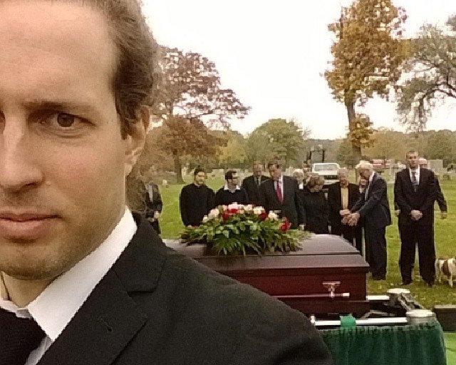 Kad pazūd pēdējās cieņas paliekas, cilvēki sāk uzņemt selfijus bērēs
