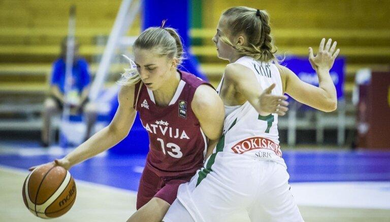 Latvijas U-20 basketbolistes EČ pusfinālā par devīto vietu pārspēj Lietuvas izlasi
