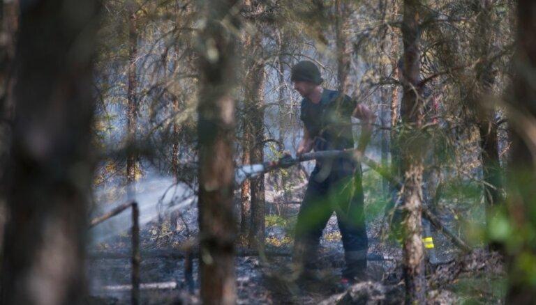 Talsu novadā degošā kūdras purva īpašnieks ugunsgrēku vērtē kā triecienu biznesam