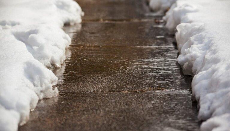 Daugavpilī turpinās eksperimentēt ar granīta šķembu kaisīšanu uz ietvēm