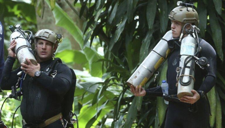 В Таиланде началась операция по спасению 13 человек из пещеры