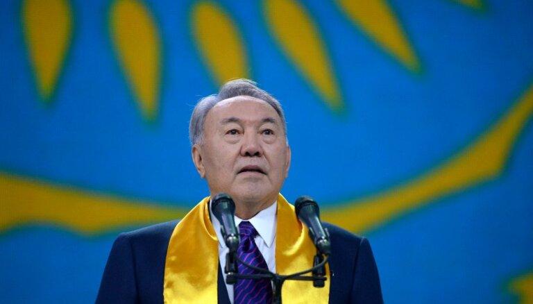 Kazahstānas prezidents pirms atklāšanas iepazīstas ar valstī pirmo 'McDonald's'