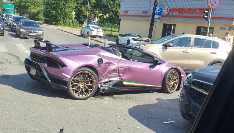 Video: Rīgā avarējis vairāk nekā 300 000 eiro vērts 'Lamborghini'