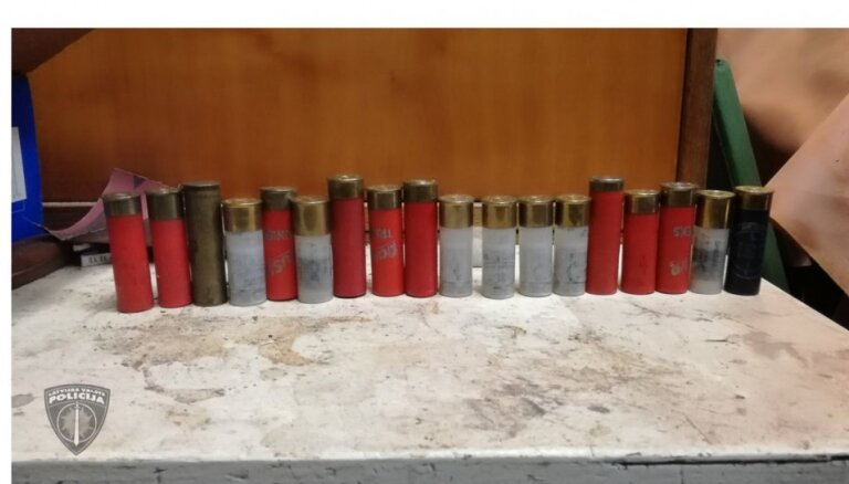 Viļānu novadā likumsargi konfiscē nelikumīgi glabātus šaujamieročus un munīciju