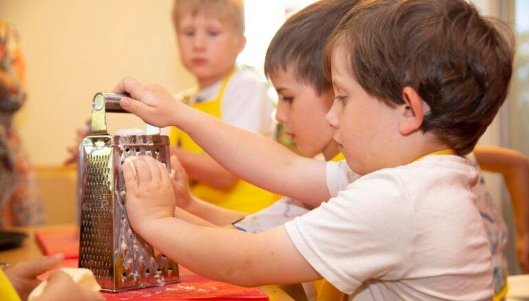 Ребенок на кухне — помощник или обуза? 6 советов, как привлечь детей к приготовлению еды
